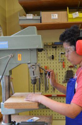Beim Bohren muss man Kopfhörer und eine Schutzbrille tragen.